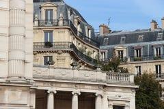 Haussmann stilbyggnader byggdes nära en offentlig trädgård i Paris (Frankrike) Royaltyfri Foto