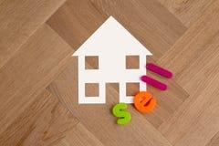Haussymbol auf Bretterbodenverkaufsbeschriftung stockfoto