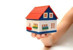 Haussymbol in einer weiblichen Hand Lizenzfreies Stockbild