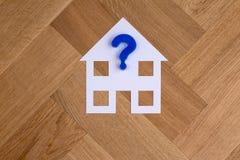 Haussymbol mit Fragezeichen stockbilder
