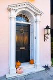 Haustür des historischen Hauses lizenzfreies stockfoto