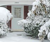 Haustür und Gehweg im Großen Schneesturm Stockbilder