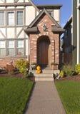Haustüreingang und -dekorationen Stockfotos