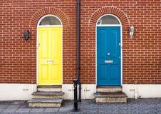 Haustüren der attraktiven London-Häuser Stockfotos