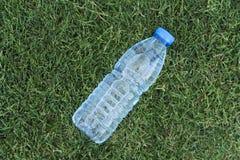 Haustier-Wasser-Flasche auf dem Gras lizenzfreie stockfotos