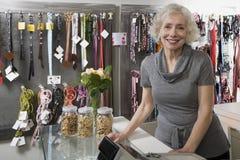 Haustierladenbesitzer lizenzfreie stockfotos