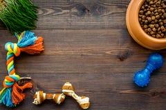 Haustierpflege mit trockenem Lebensmittel für Schoßhund in der Plastikschüssel auf hölzernem Draufsichtraum des Hintergrundes für lizenzfreie stockfotos