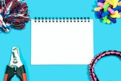 Haustierzubehörkonzept Leeres Notizbuch mit Seil stockbild