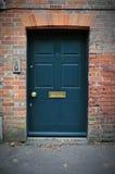 Haustür eines roter Ziegelstein-Hauses Lizenzfreie Stockfotos