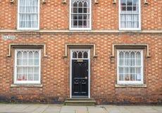 Haustür und Fenster des englischen Häuschens Stockfotos