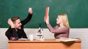 Hausunterricht Moderne Schule Kursteilnehmer der ?lteren Kategorie f?hrt die ersten Lektionkinder Paare des Mannes und der Frau i stockfotografie
