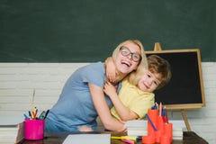 Hausunterricht oder Privatschule Lehrer und Kind Schul- und Kinderkonzept Junge und Mädchen von der Volksschule an lizenzfreies stockbild