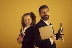 Hausunterricht und zurück zu Schulkonzept Kind und Vati Lizenzfreie Stockfotografie