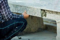 Hausverbesserung, Erneuerung, Baugewerbearbeitskraft, die Granitsteinfliesen mit Zement installiert lizenzfreie stockfotografie