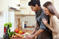 Hauswirtschaftsleiterin, die das Mittagessen vorbereitet Lizenzfreies Stockfoto