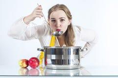Hauswirtschaftsleiterin mit Schöpflöffel Lizenzfreies Stockfoto