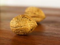 Haut étroit, casse-noix et panier de noix sur le fond, foyer sélectif Images stock
