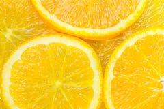 Haut étroit découpé en tranches d'oranges juteuses photos stock
