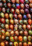Haut étroit d'oeufs de fête Éléments décoratifs sur la rue photos stock