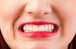 Haut étroit de belles lèvres rouges de femme photographie stock
