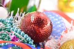 Haut étroit de boules bleues et rouges de Noël Photos libres de droits