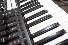 Haut étroit de clés noires et blanches de piano images libres de droits