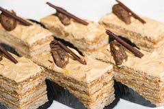 Haut étroit de gâteaux découpé en tranches par noix Images stock