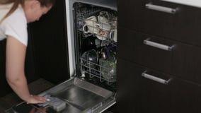 Haut étroit de lave-vaisselle clips vidéos