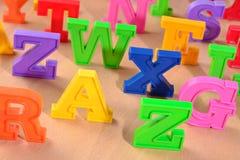 Haut étroit de lettres colorées en plastique d'alphabet Images stock