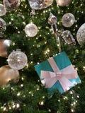 Haut étroit de lumières d'arbre de Noël Photographie stock