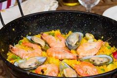 Haut étroit de Paella - plat espagnol traditionnel Photographie stock