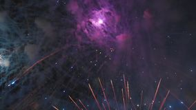 Haut étroit de salut Quadcopter vole au beau milieu des feux d'artifice banque de vidéos