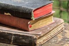 Haut étroit de vieux livres Image stock