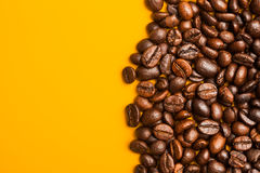 Haut étroit rôti de grains de café Fond jaune L'espace pour le texte Image stock