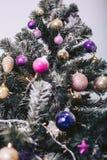 Haut arbre de Noël dans des jouets décoratifs Photo stock
