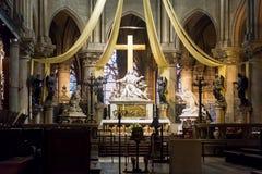 Haut autel du Notre Dame de Paris photos stock
