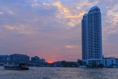 Haut bâtiment à la rivière Photos libres de droits