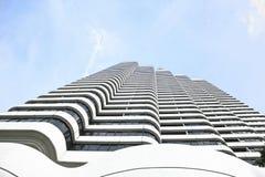 Haut bâtiment blanc dans le ciel. Vue inférieure. Image stock