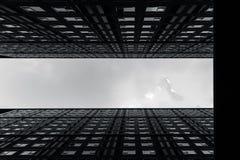 Haut bâtiment de logement de hausses de la photographie moderne d'arts de paysage urbain de métro en noir et blanc photo stock