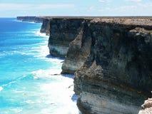 Haut bord de la mer rocheux avec la vague déferlante. image stock
