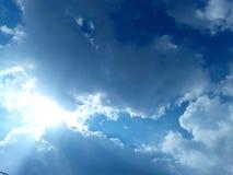 Haut ciel bleu ensoleillé image stock