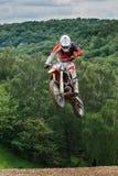 Haut coureur sautant à la concurrence transnationale Photo stock