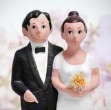 Haut de forme de gâteau de mariage de couples Photos libres de droits