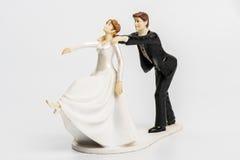 Haut de forme de gâteau de mariage de couples d'isolement images stock