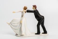 Haut de forme de gâteau de mariage de couples d'isolement photographie stock