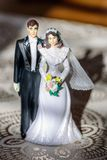 Haut de forme en plastique de gâteau de mariage de vintage des jeunes mariés images libres de droits