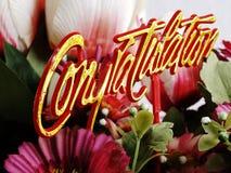 Haut de forme de félicitation avec la fin de bouquet de fleur  Image stock