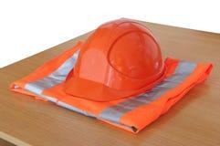 Haut gilet jaune de visibilité et casque protecteur Photographie stock