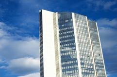 Haut gratte-ciel avec des vitraux Photo stock