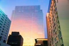 Haut mur de verre de construction moderne ? ?galiser le temps R?flexion de ciel Fond de district des affaires photo stock